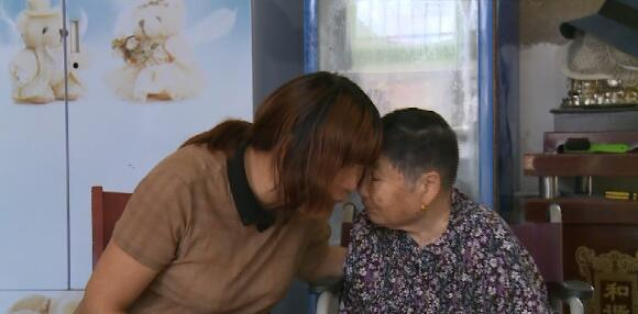 暖心!薛东花关闭擀面皮店,专职在家照顾自己的瘫痪婆婆