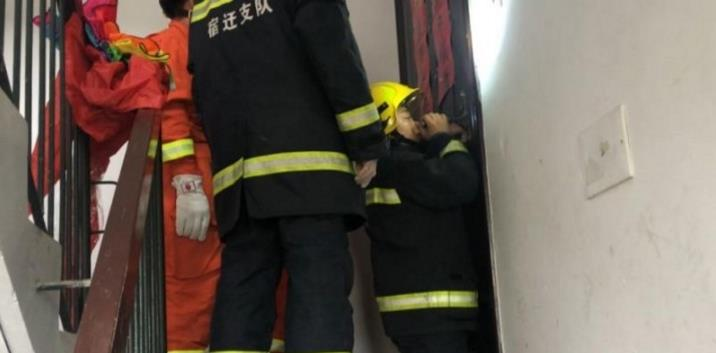 宿迁一母亲携两子开煤气自杀,消防救援人员为救人紧急踹门