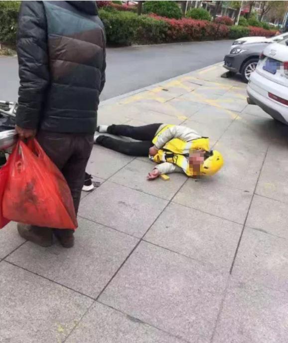 宝龙:一位美团外卖小哥与一辆奥迪发生事故